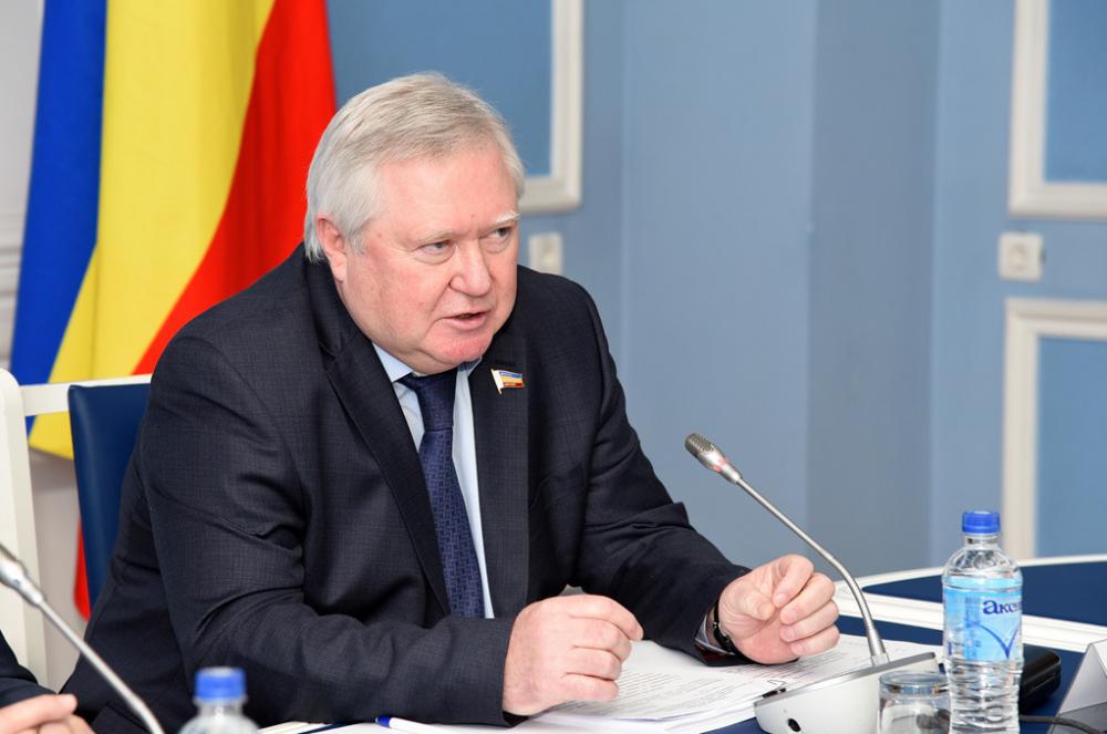 Главврач-депутат изРостова Дронов зарабатывает 161 тысячу рублей вмесяц иоформляет всю недвижимость насупругу