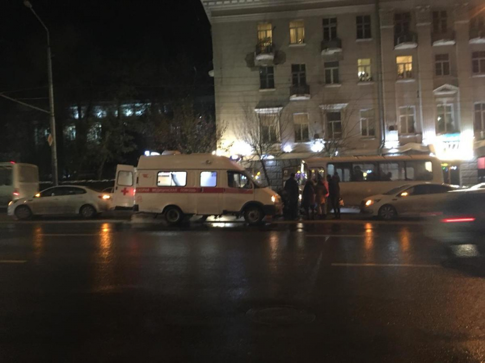 Медики срочно госпитализировали сбитого в центре Ростова мужчину