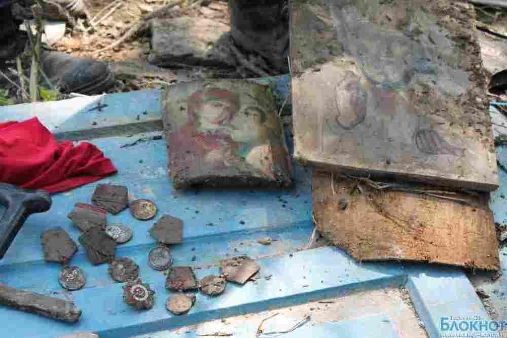 Ростовские спасатели нашли в разрушенном доме пенсионера из Крымска иконы и ордена ВОВ