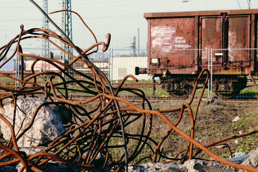 Трое дончан вытащили изгрузового поезда 18 тонн чугуна исами пришли кполицейским