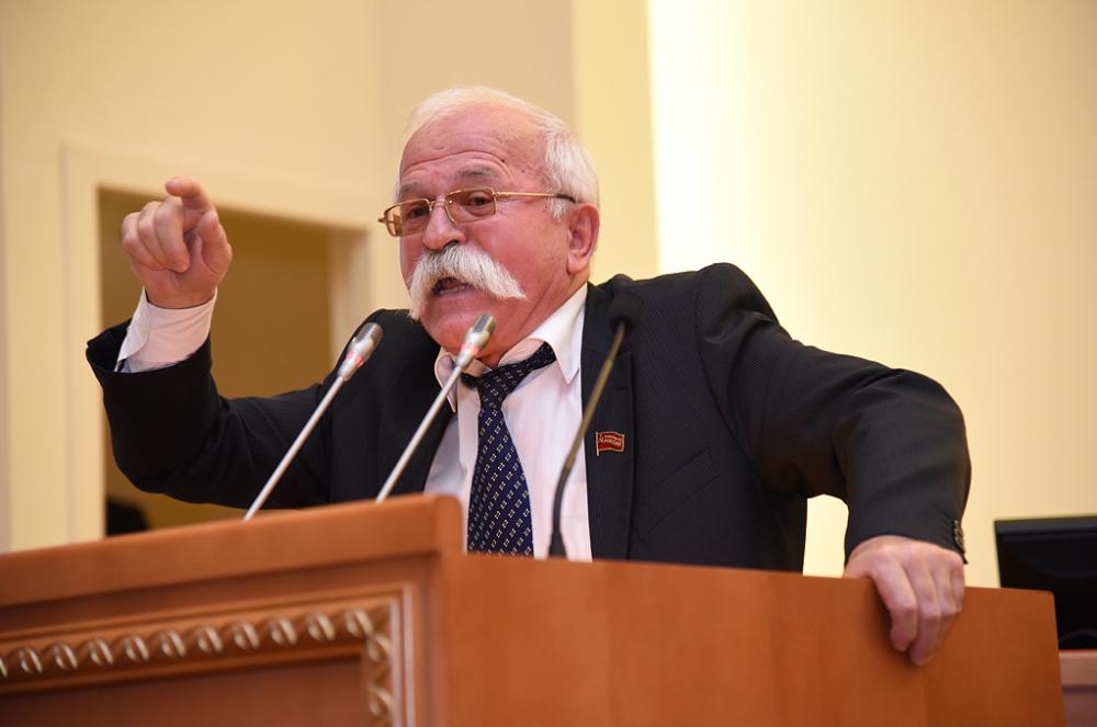 Эпатажный ростовский депутат сроскошными усами, верящий видеалы коммунизма, владеет тремя квартирами