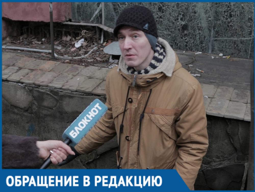 Загадочная яма с винтовой лестницей на улице Суворова угрожает ростовчанам переломами
