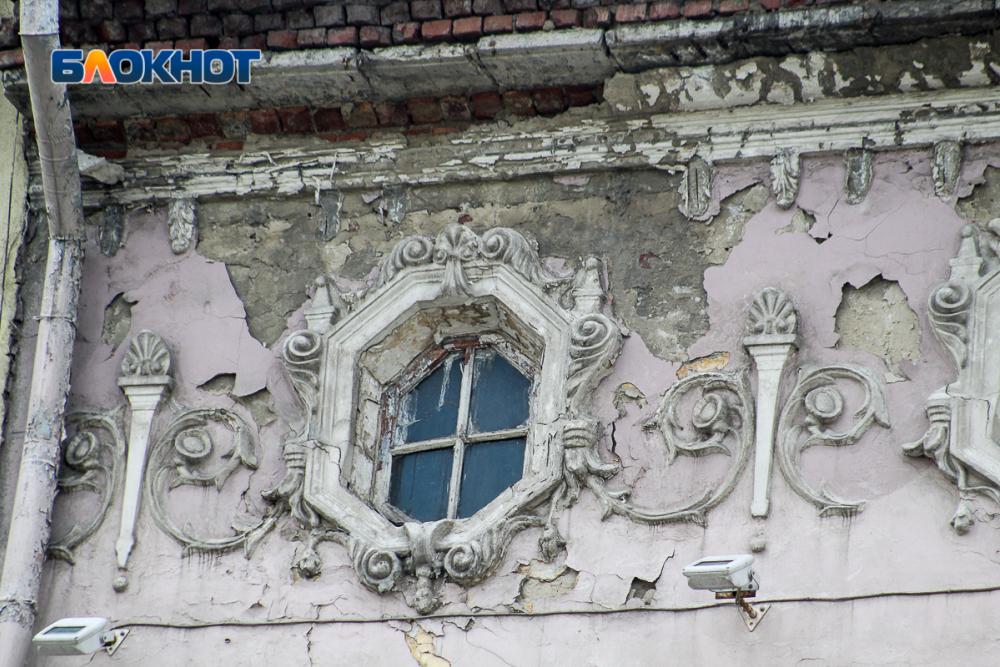 Жилой дом разрушается впятидесяти метрах отмэрии Ростова