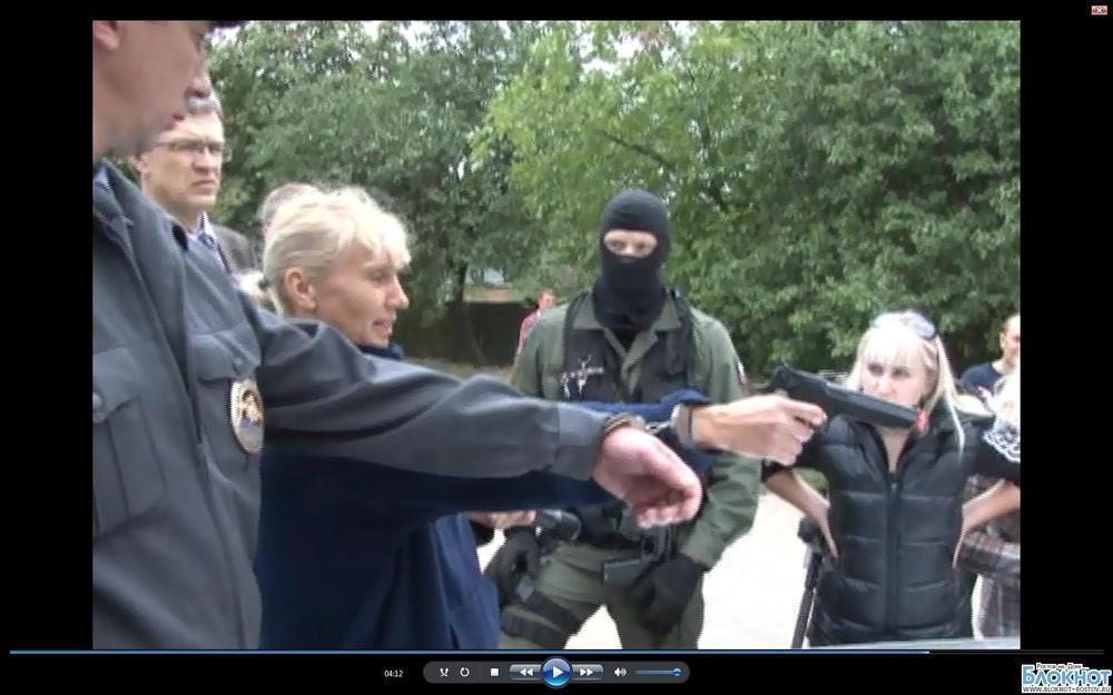 Подозреваемая из банды убийц полицейских показала, как убивала таксиста в Новочеркасске.ВИДЕО