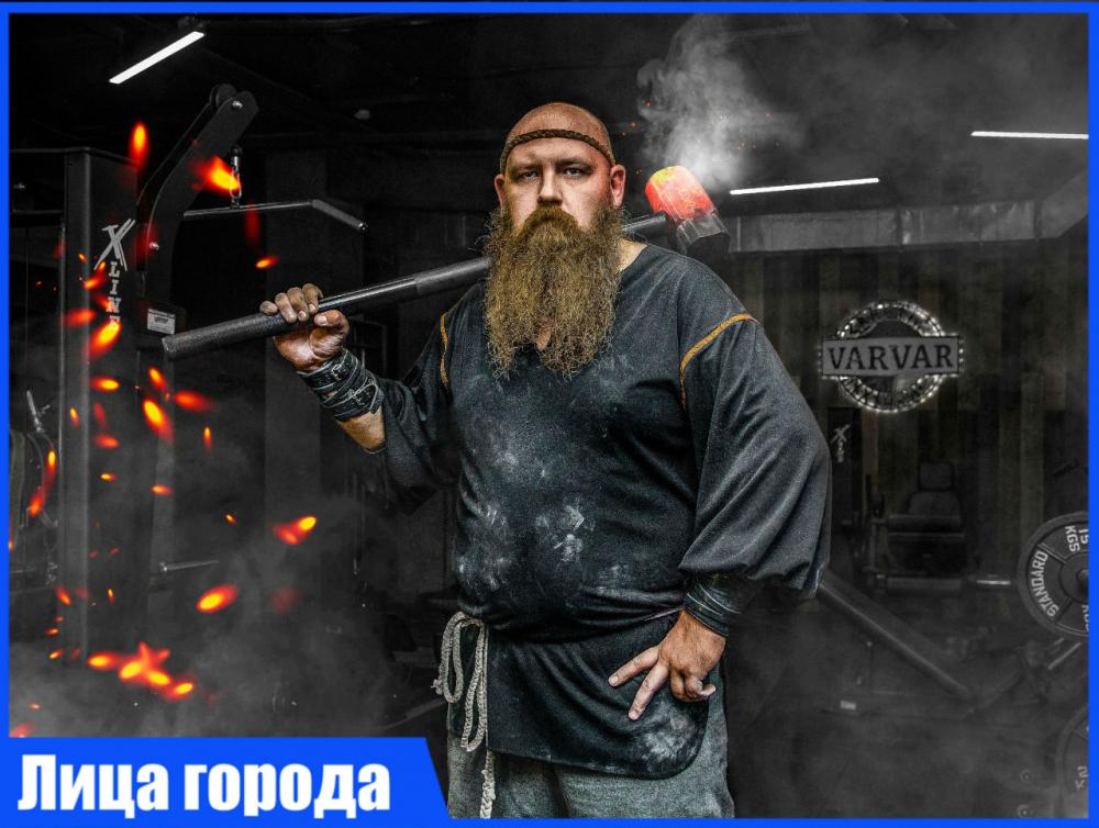 Ростовский актер Юрий Алехин голыми руками гнет подковы и сворачивает в рулет сковородки