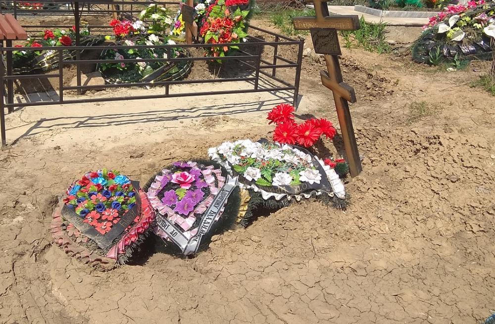Свежие могилы начали проваливаться на Северном кладбище в Ростове