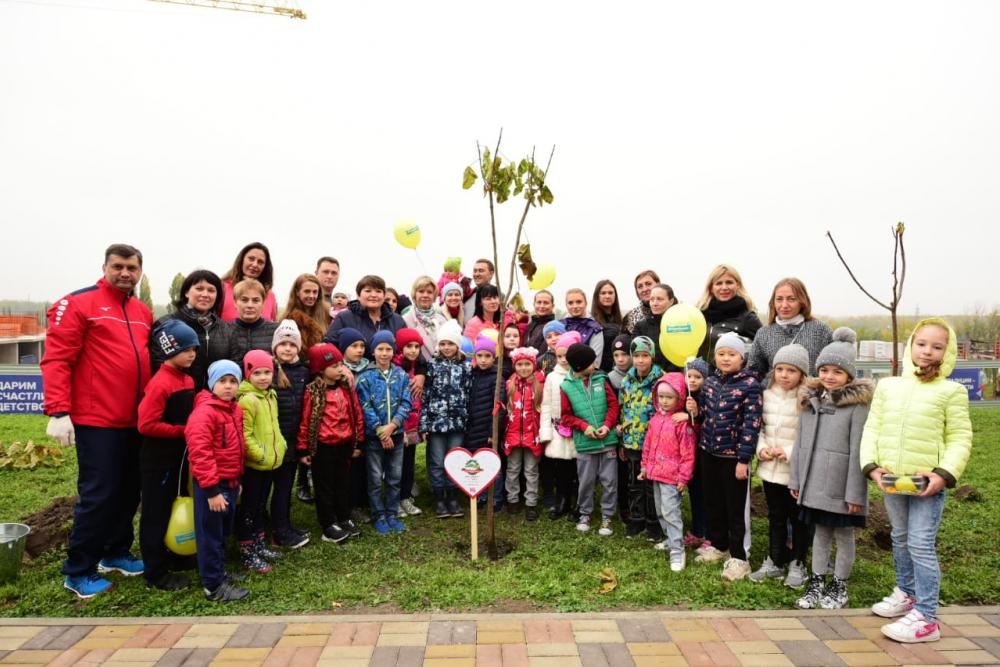 Жители «Красного Аксая» высадили более 300 деревьев вновом сквере «Семейном»