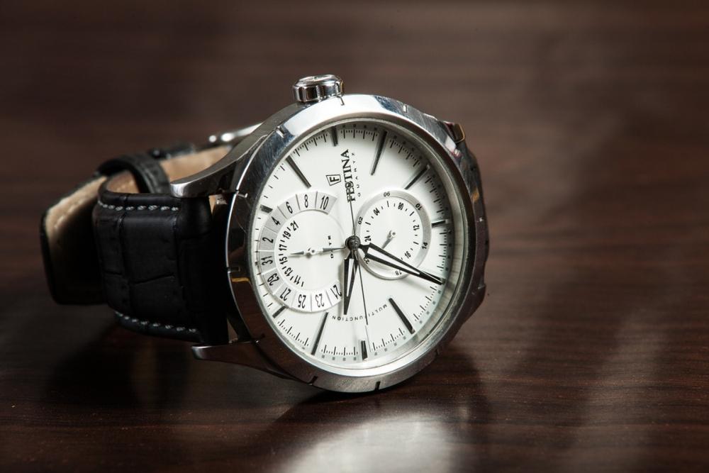 Ростовчанка примерила дорогие часы и«случайно» ушла сними отпродавца