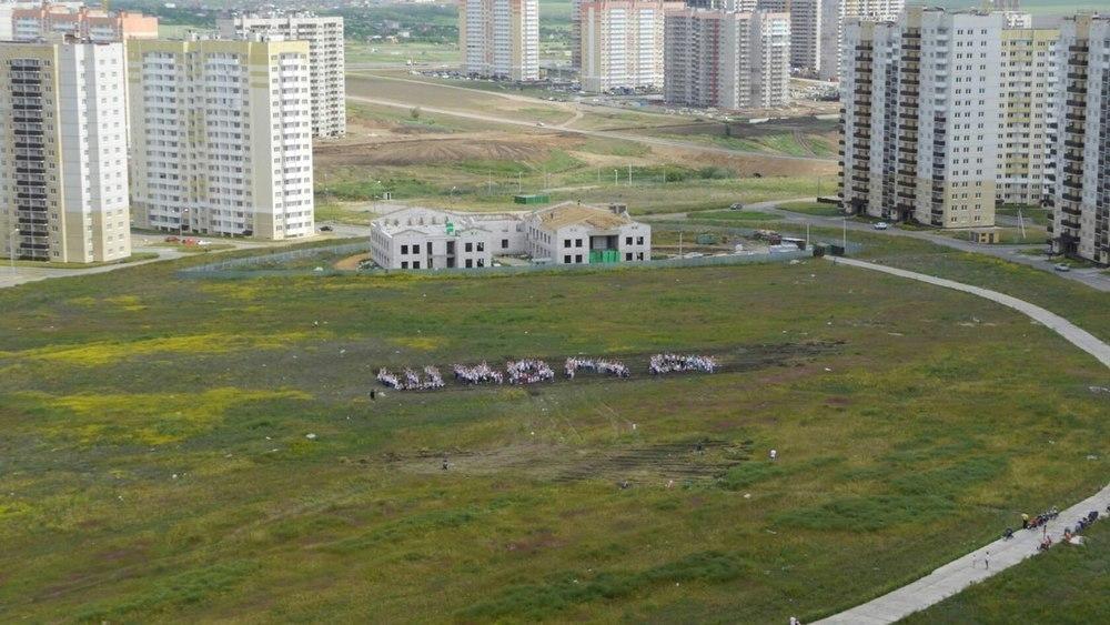 Жители микрорайона Суворовский выстроились в «живые слова»