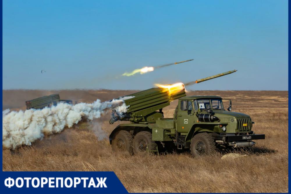 Залпы гаубиц и рев «Градов»: на полигоне под Ростовом артиллеристы уничтожили колонну противника