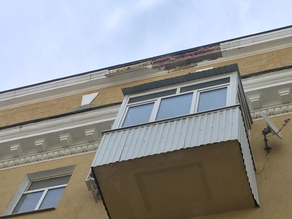 Вцентре Ростова отдома отвалился кусок карниза
