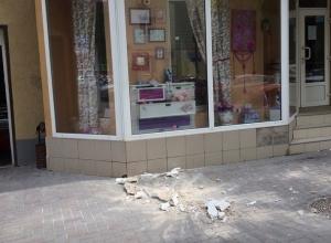 Фасад дома в центре Ростова обвалился под витрину магазина