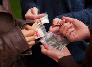 Жительница Ростовской области зарабатывала на торговле наркотиками через подельников