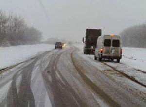 Из-за снегопада трассу Ростов - Волгодонск частично закрыли для движения