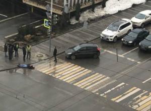 Дерзкий водитель кулаком нокаутировал пешехода в центре Ростова
