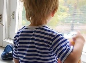 4-летний малыш выпал из окна дома в «Суворовском», пока мать спала