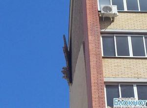 В центре Новочеркасска обрушился фасад дома МВД, очевидцы сняли момент ЧП на видео