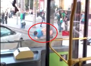 В Ростове, не поделив дорогу, подрались водители автобуса и иномарки. Видео