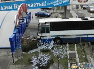 В донской столице автобус едва не въехал в супермаркет «Тихий Дон»
