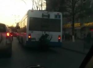 «Безбашенный» школьник возмутил жителей Ростова опасной ездой на прицепе троллейбуса и попал на видео