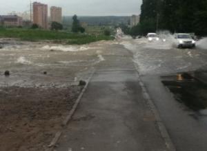 В Ростове из-за порыва на водоводе затопило улицу Орбитальную. Видео