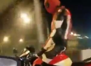 Рассекающий по дорогам Ростова Дэдпул-трюкач на своем красном байке удивил горожан на видео