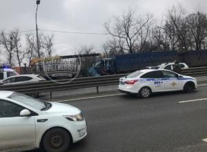 Серьезные травмы получил водитель зерновоза, наскочивший на фуру в Ростовской области