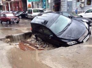 Из-за сильного ливня в Ростове «Тойота» провалилась под асфальт
