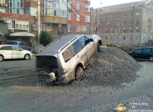 В Ростове водитель внедорожника «припарковался» на куче щебня на улице Горького. Фото