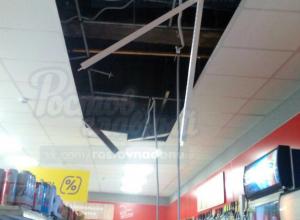 Рухнувший потолок в отделе алкоголя магазина «Магнит» вызвал насмешки ростовчан