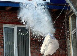 В Ростове снежная глыба, упавшая с крыши педуниверситета, убила женщину
