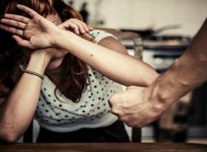 Мужчина до полусмерти избил свою молодую жену во время ночной ссоры в Ростове