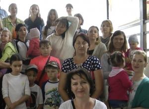 Под проливным дождем ростовчане записали видеобращение к Путину с просьбой построить  им школу и детский садик