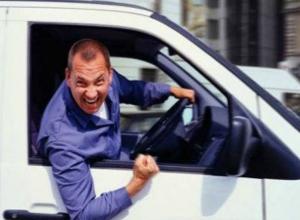 Забывчивый водитель стал жертвой своего любопытства под камерой видеофиксации в Ростове