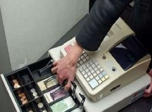 Вооруженный мужчина ограбил два продуктовых магазина в Ростовской области
