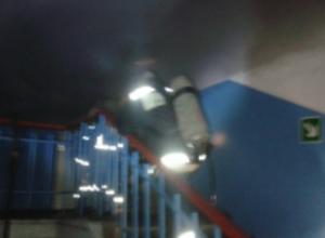 Три десятка спасателей отчаянно боролись с пожаром на электровозостроительном заводе под Ростовом