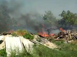 Мощный пожар на площади более тысячи квадратных метров бушует в Ростове