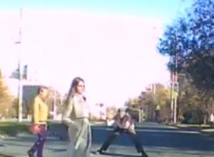 Дающий старт гонкам веником на «зебре» Ростова развеселый мужчина в панамке попал на видео