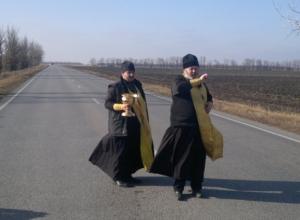 Опасные участки дороги Ростов - Волгодонск священники окропили святой водой