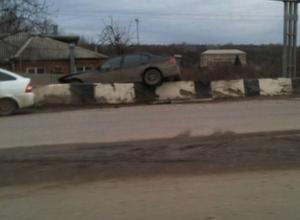 В Ростове на Текучевском мосту иномарка протаранила бетонное ограждение, перелетев через него