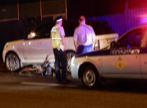 Ослепленный тьмой водитель Land Rover сбил велосипедиста у обочины дороги в Ростове