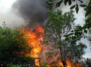 Перекинувшийся с нежилого барака огонь почти уничтожил частный дом в Ростовской области