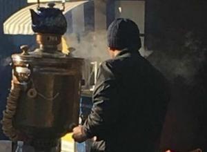 Уличный самоварщик с плюшками рассмешил жителей Ростова