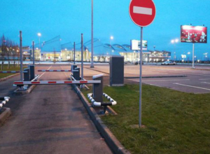 Таксисты и работники аэропорта «Платов» вынуждают пассажиров переплачивать за парковку