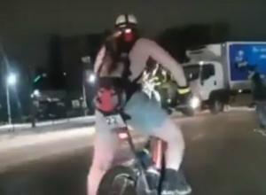 «Перепутавшего времена года» бодрого парня в трусах на велосипеде замерзшие жители Ростова сняли на видео