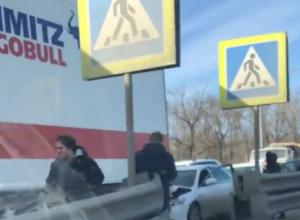 Влетевшая под большегруз легковушка спровоцировала огромную пробку под Ростовом