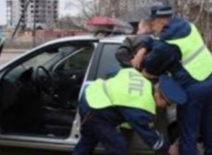 В Ростовской области пьяный судья в отставке нарушил ПДД и обматерил полицейских