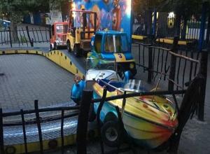 Аттракцион «поезд» сошел с рельсов вместе с пассажиром, сломав ограждение в парке Ростова