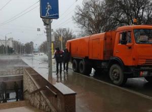 Холодный душ устроили пешеходам у аэропорта коммунальщики Ростова