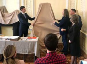 Голову обобщенных плоскостей подарил училищу Грекова художник Никас Сафронов из Ростова